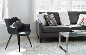Bild på vardagsrum med soffa stol och rakt golv