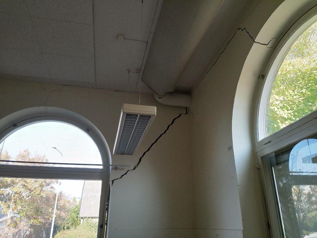 Förskolans lokaler hade drabbats av tydliga sättningsskador, både inne i lokalerna och i fasaden.